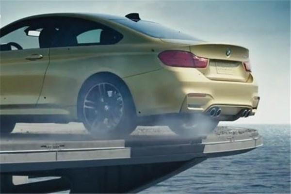 دریفت هیجان انگیز با BMW M۴ GTS در عرشه ناو هواپیمابر