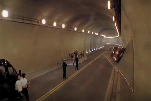 ویدیو عجیب از حرکت مرسدس بنز SLS بر روی دیواره و سقف تونل توسط  مایکل شوماخر؛ چالش جاذبه