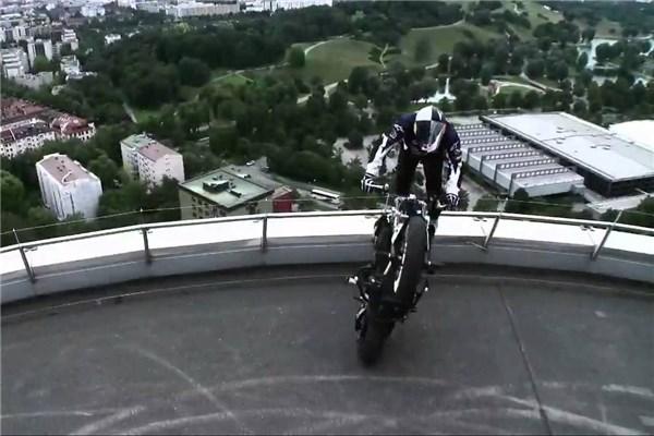 موتور سواری روی برج ب ام و