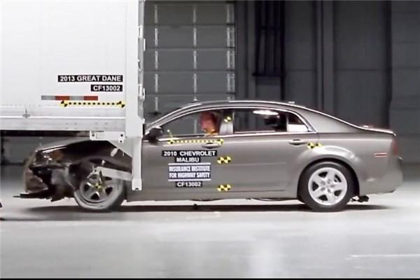 شبیه سازی تصادف خودرو و تریلی